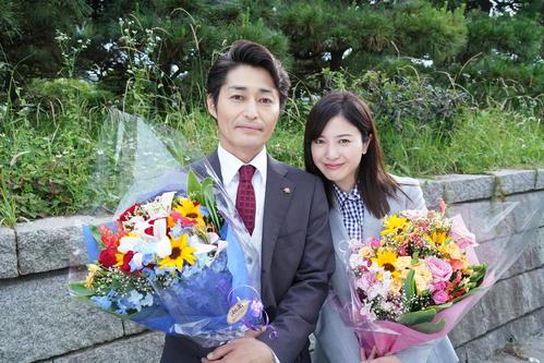 日本テレビ系ドラマ「正義のセ」の撮影がそろってクランクアップし、安田顕と並んで涙する吉高由里子(C)日本テレビ