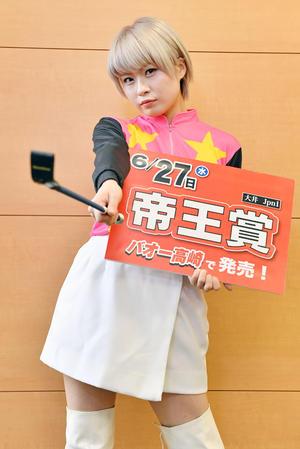 BAOO高崎のPRで来社したミニスカジョッキー姿の小林ひろみはポーズを決める(撮影・滝沢徹郎)
