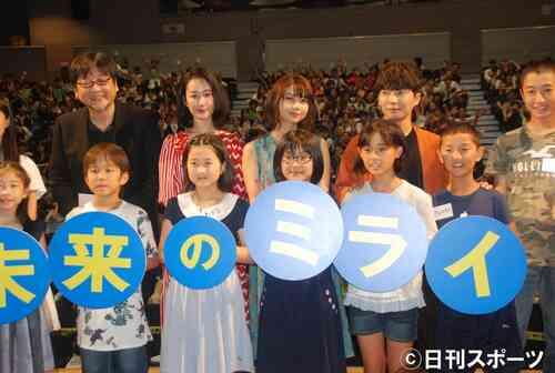 後列左から細田守監督、黒木華、上白石萌歌、星野源(撮影・松浦隆司)