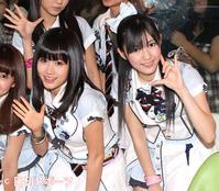 AKB48時代の前田敦子(左)、渡辺麻友(2010年5月26日)