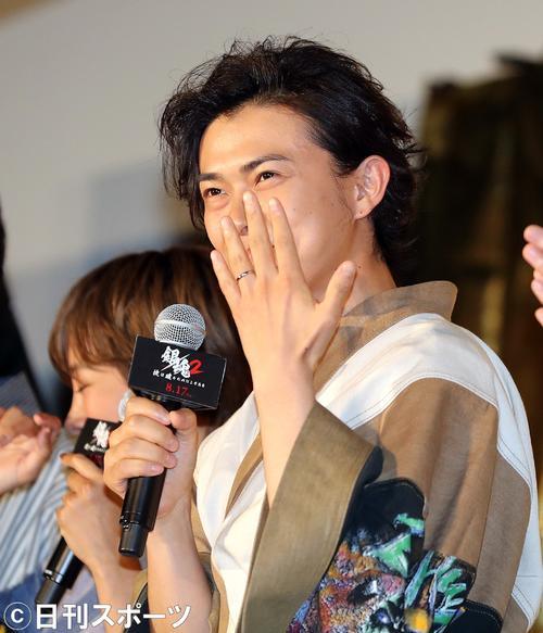 前田敦子との結婚を発表した勝地涼は「銀魂2」完成披露試写会で結婚指輪を披露する(撮影・野上伸悟)