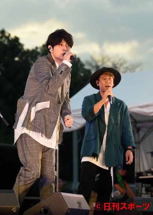 美しいメロディと歌声で観客を魅了するCHEMISTRY(撮影・横山健太)