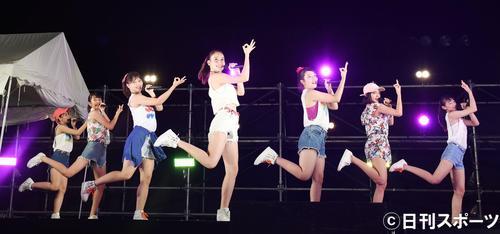 キュートなダンスで観客を魅了するチューニングキャンディー(撮影・横山健太)