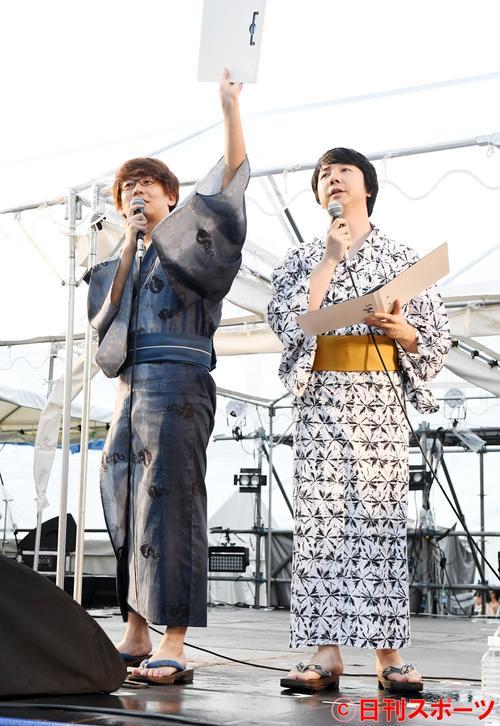 神宮花火大会で会場を盛り上げる三四郎の、左から小宮浩信と相田周二(撮影・鈴木みどり)