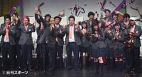 吉本坂46のセンターを務める斎藤司(手前左から3人目)と小川暖奈(同右から4人目)は笑顔で盛り上げる(撮影・山崎安昭)