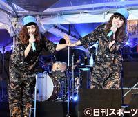 神宮花火大会で会場を盛り上げるPUFFYの、左から吉村由美と大貫亜美(2018年8月11日撮影)