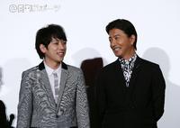 初日舞台あいさつで笑顔を見せる二宮和也(左)と木村拓哉(撮影・鈴木正人)