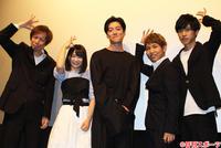 手と頭で8をつくる「8ポーズ」で撮影に応じる、左から杉本達監督、AKB48チーム8倉野尾成美、大東駿介、佐久本宝、阪本一樹(撮影・杉山理紗)