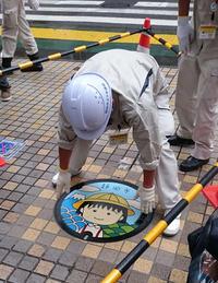 9月7日午前9時30分、作業員によって静岡市の新静岡セノバ前に設置されたマンホールのふた