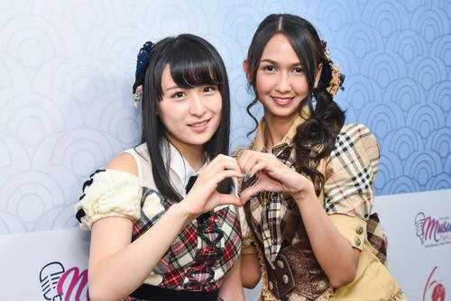 日本、インドネシアにそれぞれの短期留学が発表された川本紗矢(左)とステフィ(C)AKS/(C)JKT48 Project