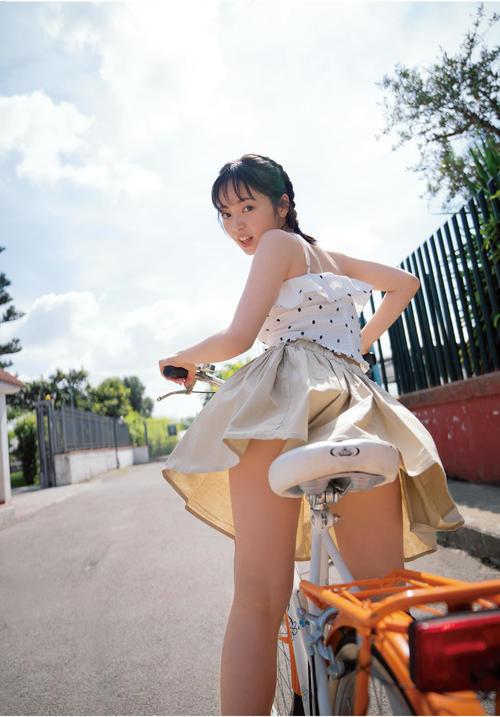 """今泉佑唯写真集「誰も知らない私」収録予定の自転車に乗った""""ギリギリ""""ショット"""
