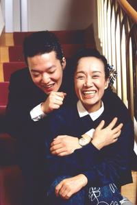 息子の加藤和也氏(左)と一緒に笑顔を見せる、ありし日の美空ひばりさん(C)フジテレビ