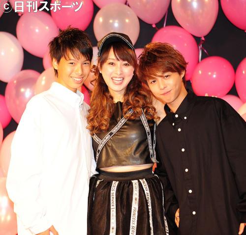 渡辺美奈代(中央)と次男の矢島名月(左)、長男の矢島愛弥