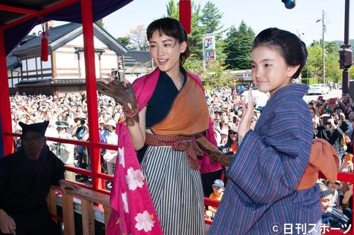 会津まつりに参加した綾瀬はるか(左)と鈴木梨央