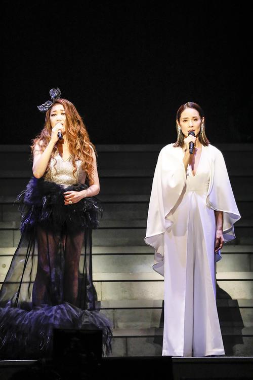 全国ツアー日本武道館公演で吉田羊(右)とのデュエットを披露したJUJU