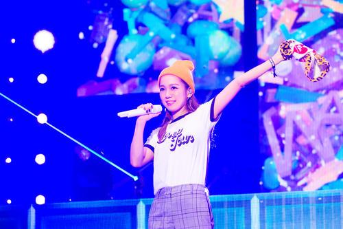 全国アリーナツアー最終公演で歌う西野カナ