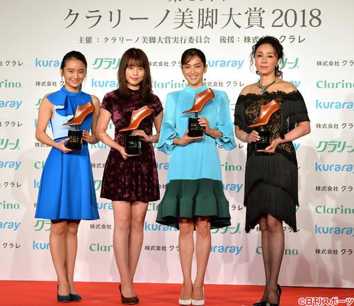 クラリーノ美脚大賞を受賞した、左から岡田結実、有村架純、中村アン、浅野ゆう子(撮影・森本隆)