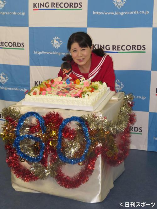 還暦祝いのケーキを前に笑顔を見せる森昌子(撮影・横山慧)
