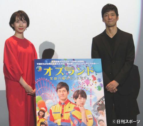 舞台あいさつで30分以上のトークを繰り広げた波瑠(左)と西島秀俊(撮影・村上久美子)