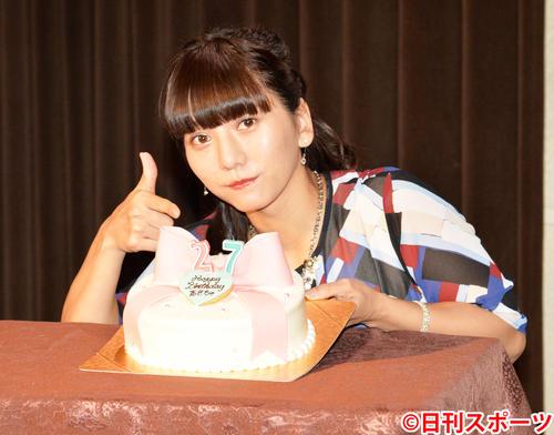 27歳の誕生日ケーキを贈られた高城亜樹(撮影・森本隆)