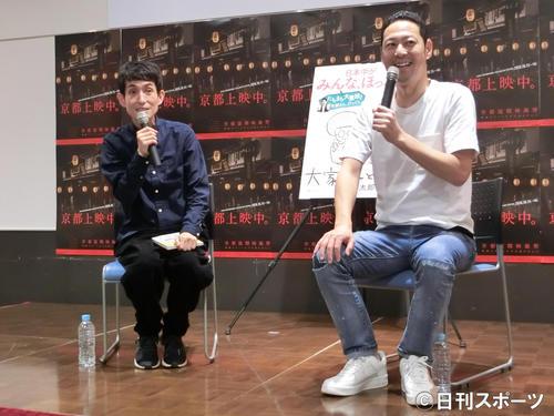 トークショーを行った「カラテカ」の矢部太郎(左)と東野幸治(撮影・奥田隼人)