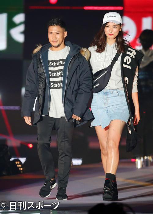 「Rakuten GirlsAward 2018AUTUMN/WINTER」のランウエーを並んで歩く卜部弘嵩(左)と高橋ユウ(18年9月)