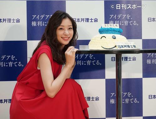 サプライズ誕生日ケーキに笑顔を見せる足立梨花(撮影・遠藤尚子)