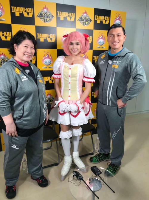 TBS系で20日放送の「炎の体育会TVSP」で、「魔法少女まどか☆マギカ」のコスプレに挑戦したアリーナ・ザギトワ(中央。左はあき竹城、右はオードリー春日俊彰)(C)TBS