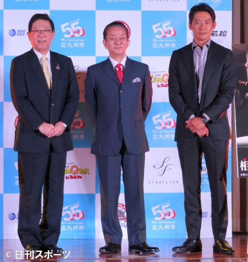 テレビ朝日系「相棒 season17」特別イベントに登壇した、左から北橋健治北九州市長、水谷豊、反町隆史(撮影・村上幸将)