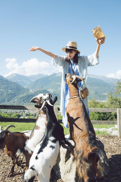 井上小百合初のソロ写真集「存在」のワンカット。スイスの大自然をバックに撮影した