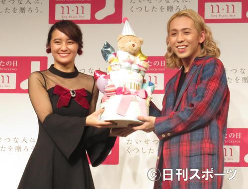 「くつしたの日 THE PAIRS DAY 2018」の発表会見に出席した岡田結実(左)とりゅうちぇる