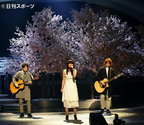 桜のセットを前にリハーサルを行ういきものがかり(2016年12月28日撮影)