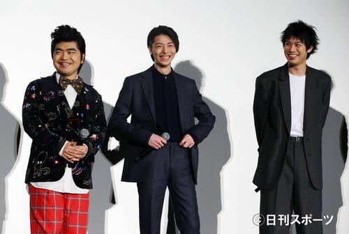 映画「ギャングース」公開初日舞台あいさつに登壇し笑顔を見せる、左から加藤諒、高杉真宙、渡辺大知(撮影・垰建太)