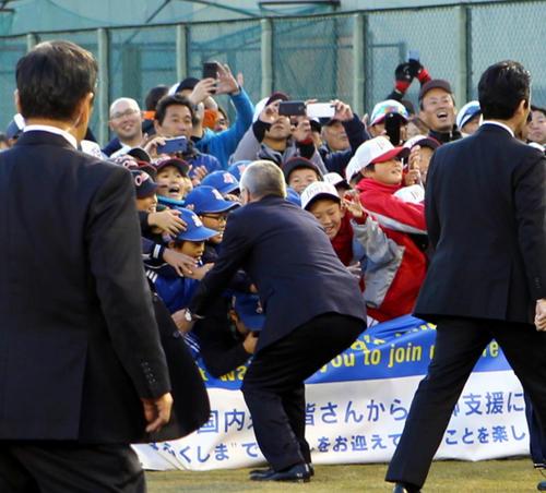 あづま球場で、握手を求め将棋倒しになりかけた子どもたちを助けようとするIOCバッハ会長(中央)(撮影・三須一紀)