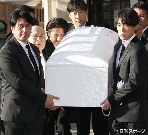 左から川崎麻世、角野卓造らの手で運び出される赤木春恵さんの棺(撮影・中島郁夫)