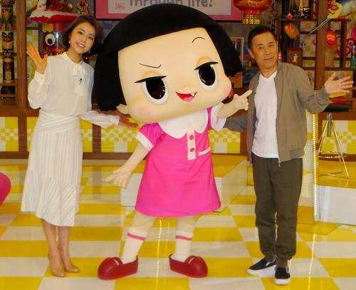 NHK雑学バラエティー「チコちゃんに叱られる!」のPR会見で。左から塚原愛アナ、チコちゃん、岡村隆史(3月29日) (C) NHK