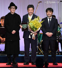 「万引き家族」で作品賞を受賞した是枝裕和監督(中央)。右は岸善幸監督、左はリリー・フランキー(撮影・鈴木みどり)