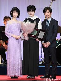 新人賞を受賞した平手友梨奈(中央)。左は浜辺美波、右は月川翔監督(撮影・鈴木みどり)