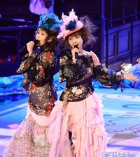レジェンド歌唱で「淋しい熱帯魚」を熱唱するWINKの鈴木早智子(左)と相田翔子(撮影・江口和貴)