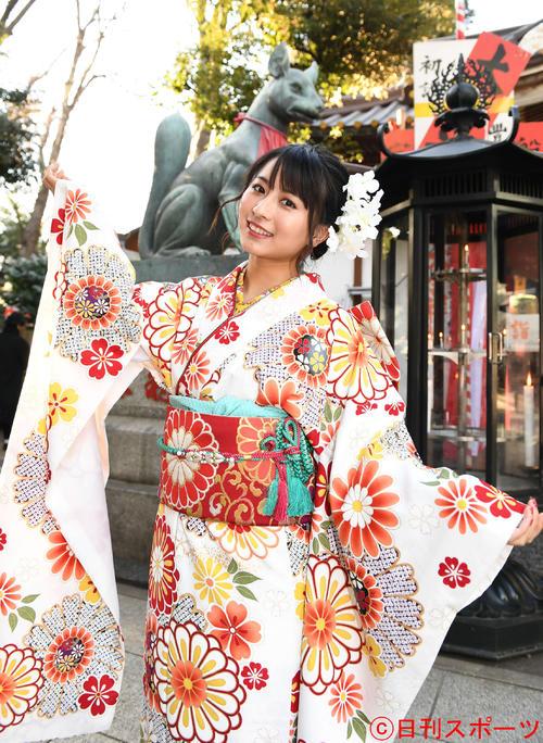 振り袖姿で笑顔を見せる中国人モデル、「栗子」ことロン・モンロウ(撮影・山崎安昭)