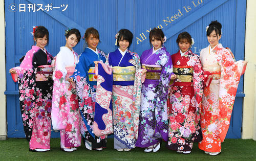 R・I・P GIRLSが晴れ着姿を披露した。左から☆HOSHINO、仲村美海、橋本梨菜、犬童美乃梨、森咲智美、葉月あや、薄井しお里(撮影・酒井清司)