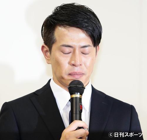 週刊誌で報じられた件について、記者の質問にかみしめる表情を見せる純烈の友井雄亮(撮影・浅見桂子)