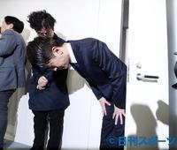 週刊誌で報じられた件についての会見を終え、深々と頭を下げ退出する友井雄亮(撮影・浅見桂子)