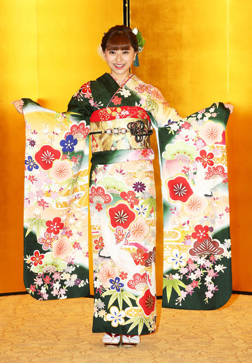 晴れ着姿で笑顔を見せるBNK48の大久保美織(撮影・足立雅史)