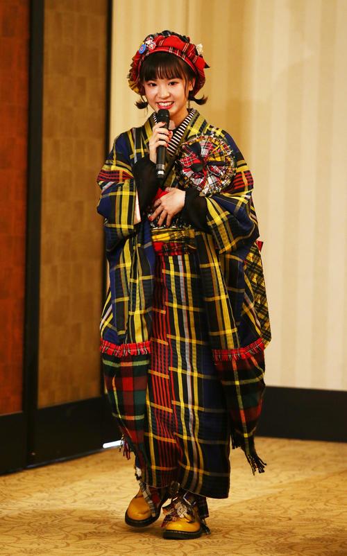 制作費3000円の自作振り袖を披露したHKT48外薗葉月(撮影・足立雅史)