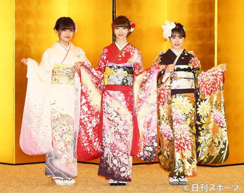 成人式を迎え晴れ着姿で笑顔を見せるNGT48メンバー。左から中村歩加、荻野由佳、加藤美南(撮影・足立雅史)