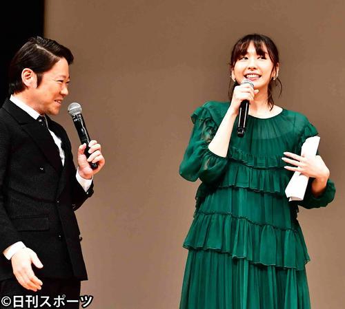 第61回ブルーリボン賞授賞式で司会を務める阿部サダヲ(左)と新垣結衣(2019年2月6日撮影)