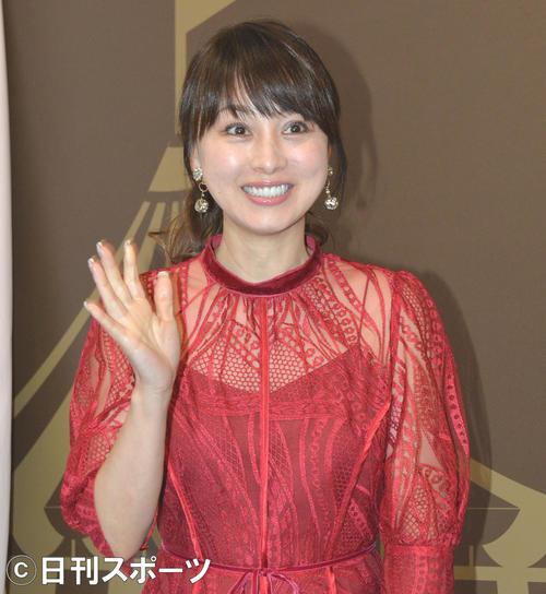 トークイベントで、来場者ファンに手を振る渡辺美奈代