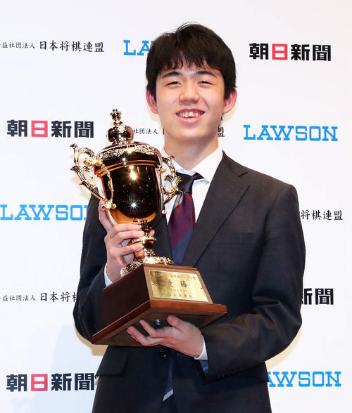 優勝カップを手に笑顔を見せる藤井七段(撮影・鈴木正人)