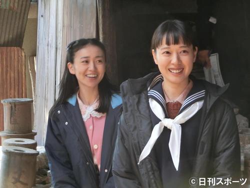 「スカーレット」のロケ取材会で収録リハーサルに臨む戸田恵梨香(右)と大島優子